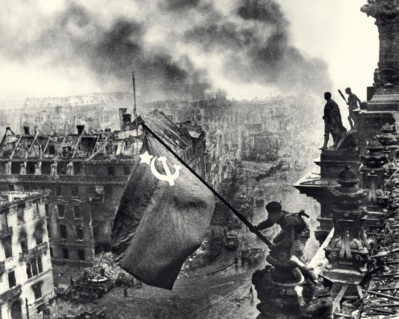 Евгений Халдей. Знамя над Рейхстагом. Берлин. 1 мая 1945. Цифровой отпечаток. Собрание МАММ